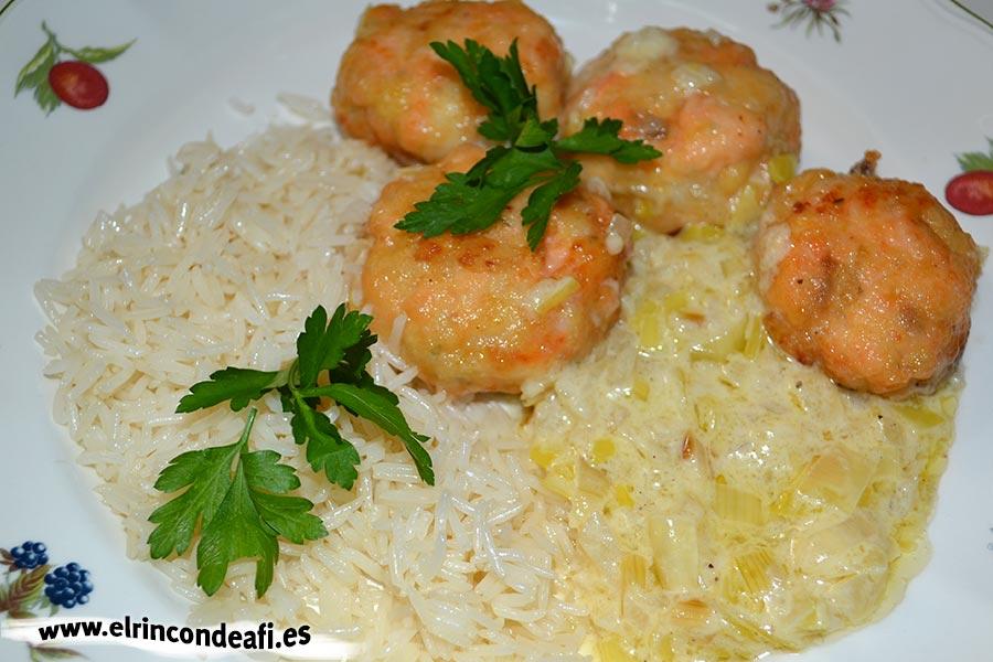 Albóndigas de salmón con langostinos y salsa de puerros, sugerencia de presentación