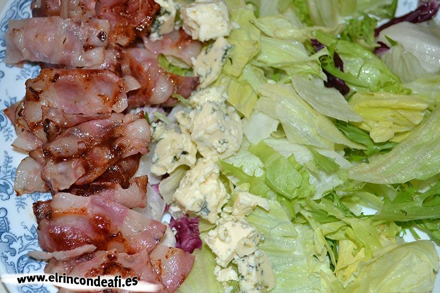 Ensalada de colores, disponer el bacon y el queso azul troceado
