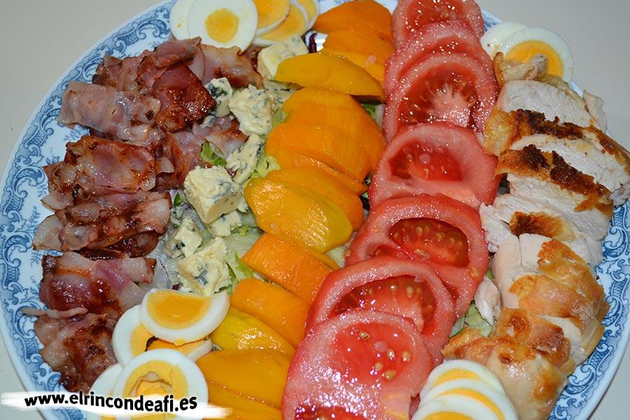 Ensalada de colores, disponer los tomates y los huevos troceados