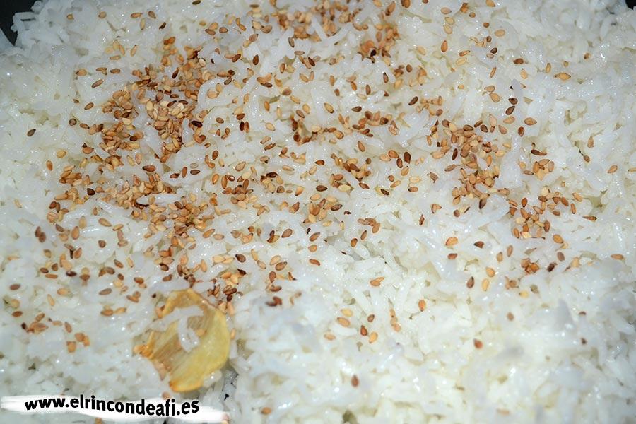 Wok de gambas al curry, añadir el arroz y saltear con semillas de sésamo tostadas