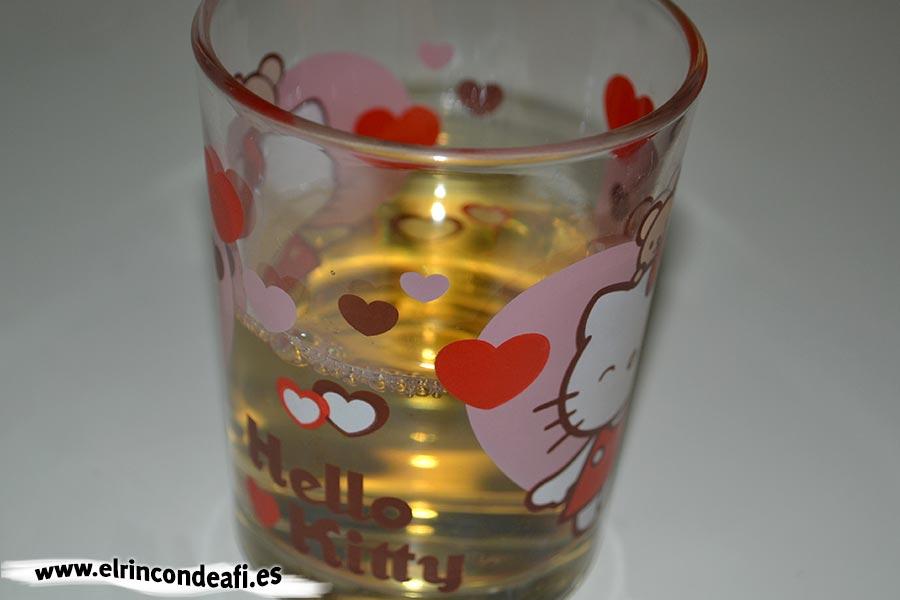 Arroz con conejo, añadir un vaso de vino blanco