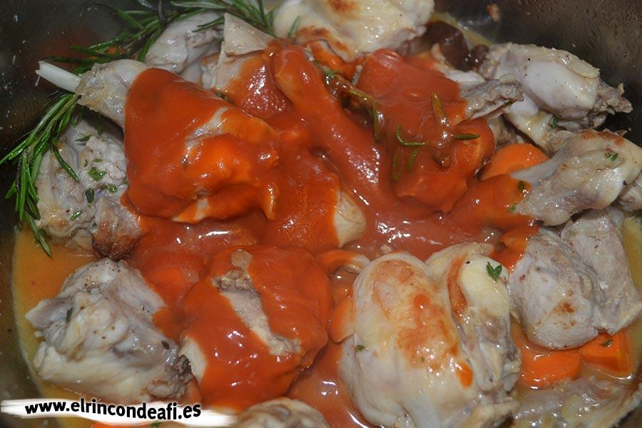 Arroz con conejo, añadir el tomate frito