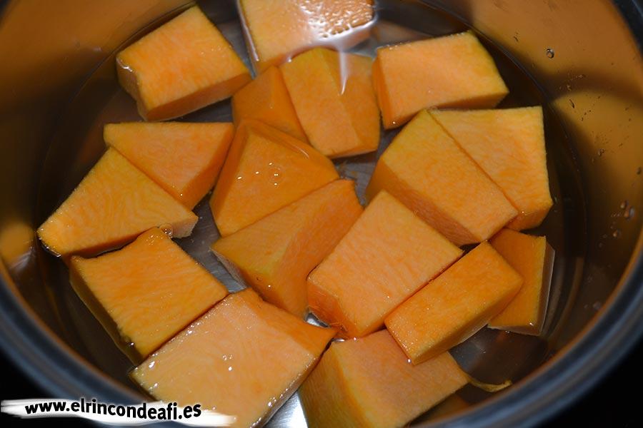 Buñuelos de calabaza, cubrir de agua la calabaza troceada