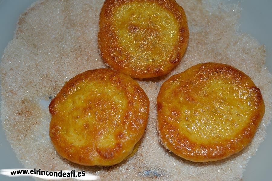 Buñuelos de calabaza, rebozar en canela con azúcar