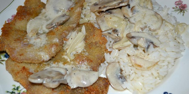 Cerdo empanado con salsa de champiñones, sugerencia de presentación
