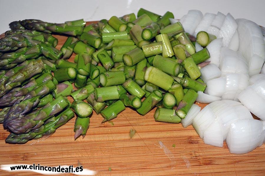 Hojaldre relleno de verduras, trocear la cebolla y los espárragos
