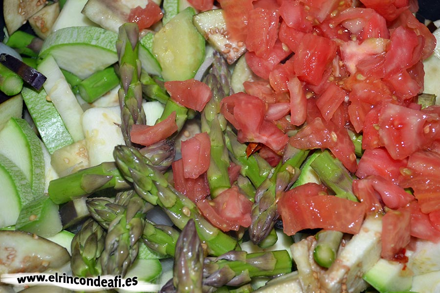 Hojaldre relleno de verduras, añadir los tomates, las puntas de los espárragos y la gindilla