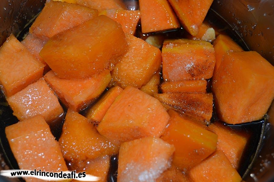 Tarta de calabaza, mezclamos todos los ingredientes y dejamos que cuezan hasta que la calabaza esté tierna