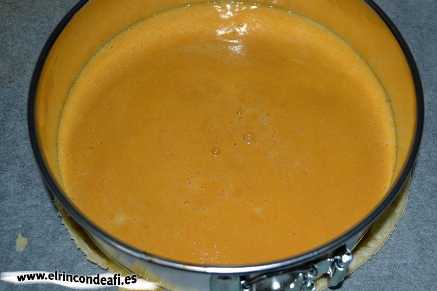 Tarta de calabaza, verter la mezcla en el molde sobre la base de pasta quebrada
