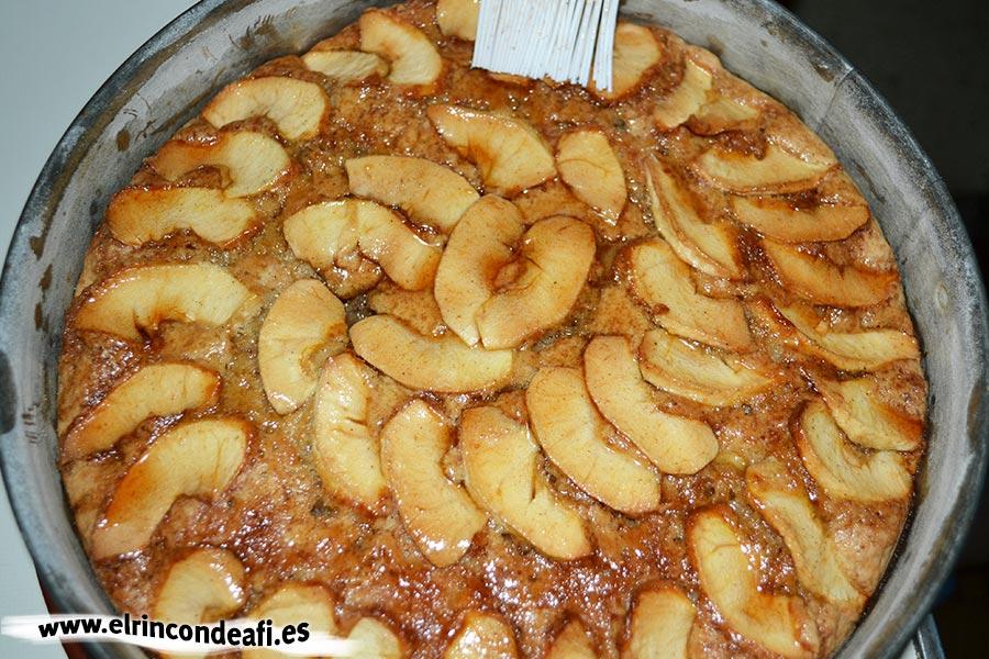 Tarta de manzana con canela, sacar del horno y pintar con el sirope