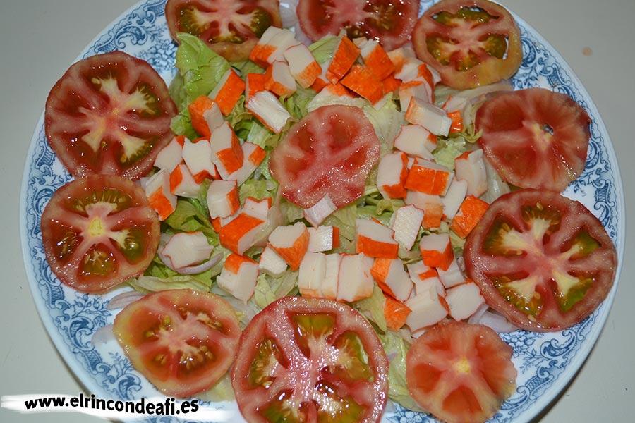 Ensalada de mozzarella de búfala y palitos de cangrejo, añadimos los tomates y palitos de cangrejo troceados