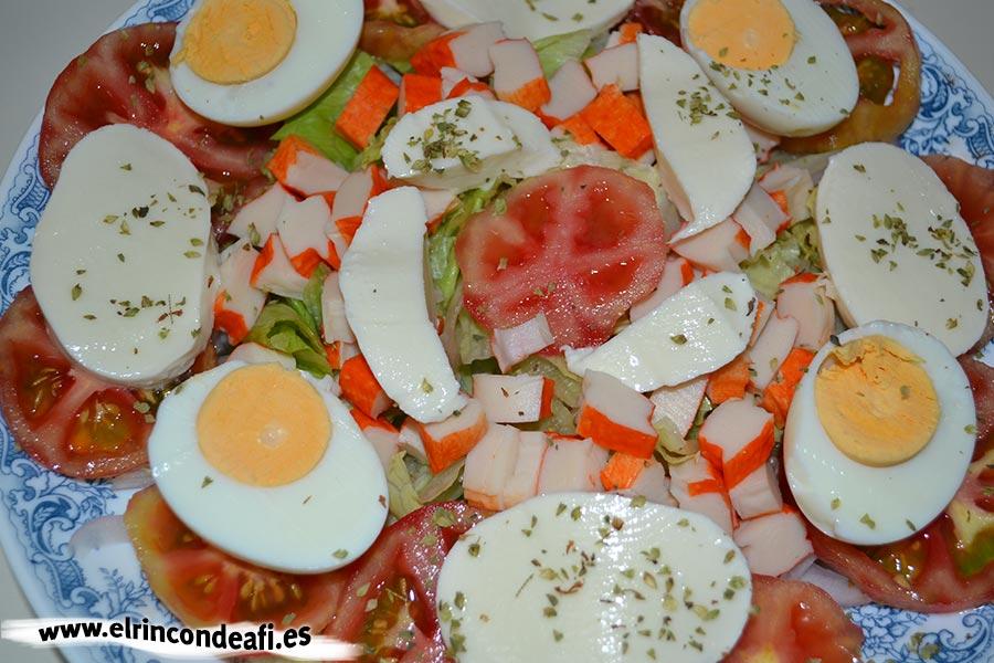 Ensalada de mozzarella de búfala y palitos de cangrejo, añadimos rodajas de huevo duro y mozzarella