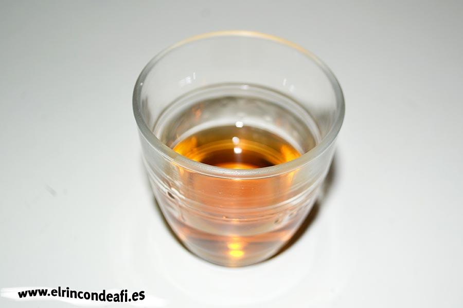 Gambones al whisky, añadir el vasito de wishky