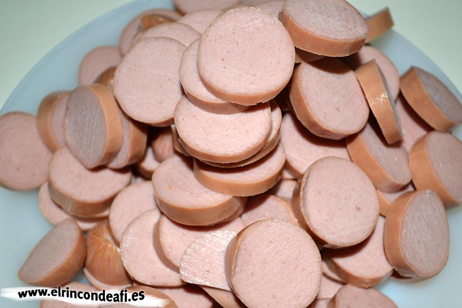 Macarrones con salchichas de frankfurt, cortar las salchichas en rodajas