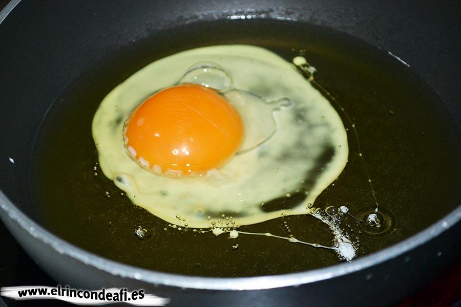Migas del pastor, freír los huevos