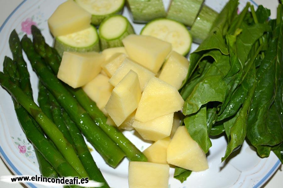 Panaché de verduras, poner a hervir las verduras de mayor dureza