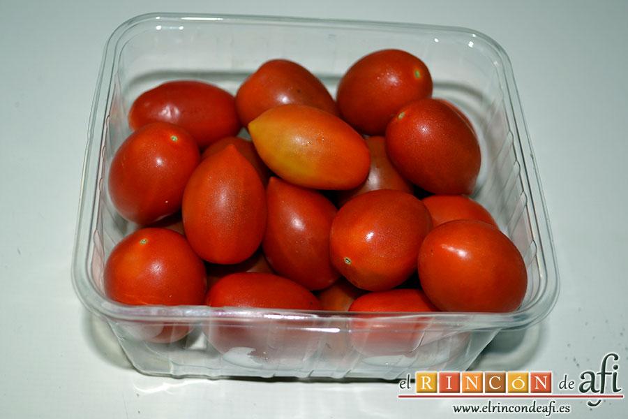 Brocheta de solomillo y langostinos, lavar unos tomates cherry