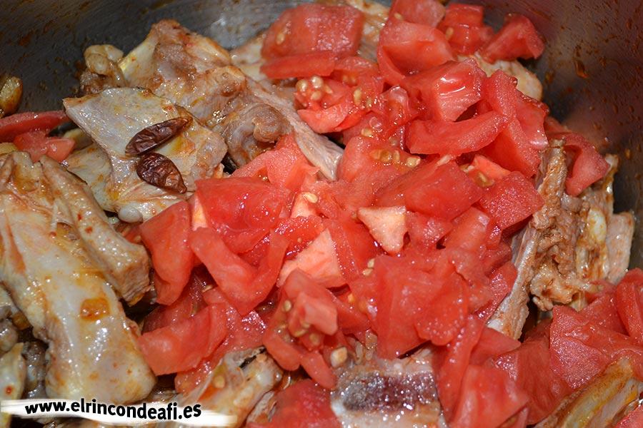 Caldereta de cordero con setas, añadir los tomates troceados y la guindilla