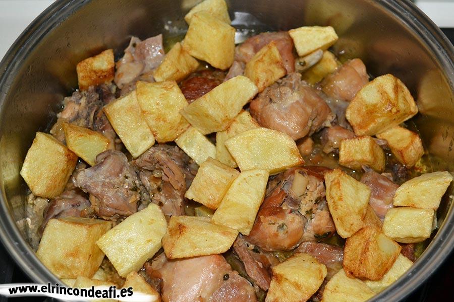 Conejo a la andaluza, añadir papas fritas en cuadraditos