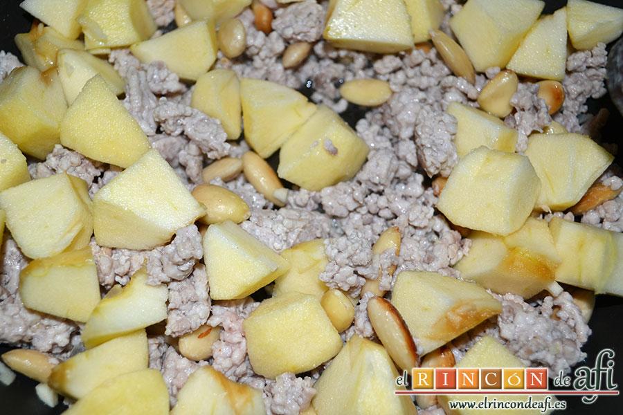 Pollo relleno de Navidad, añadir las manzanas troceadas