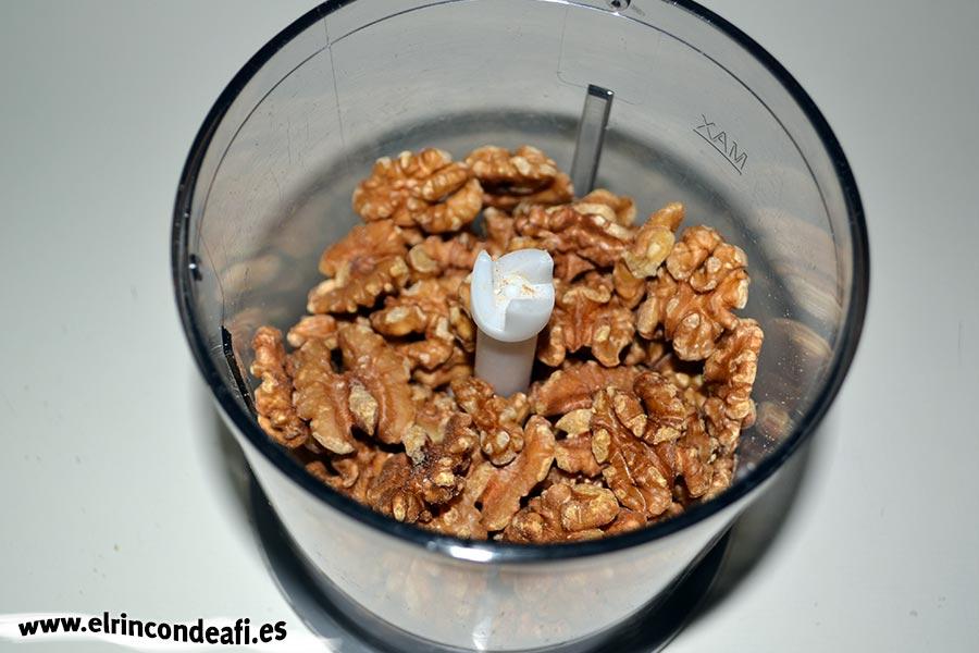 Pudin de nueces, colocar las nueces que no son para decorar en vaso triturador