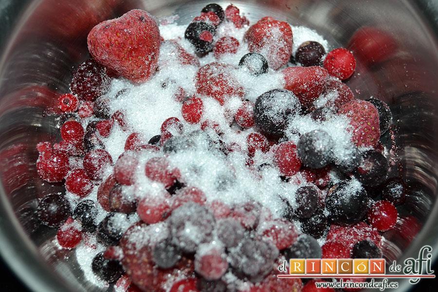 Salsa de frutos rojos, poner los frutos con azúcar en una cacerola a fuego muy lento