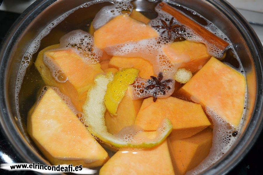 Truchas de batata, hervir la batata troceada con dos estrellas de anís, canela en rama y corteza de limón