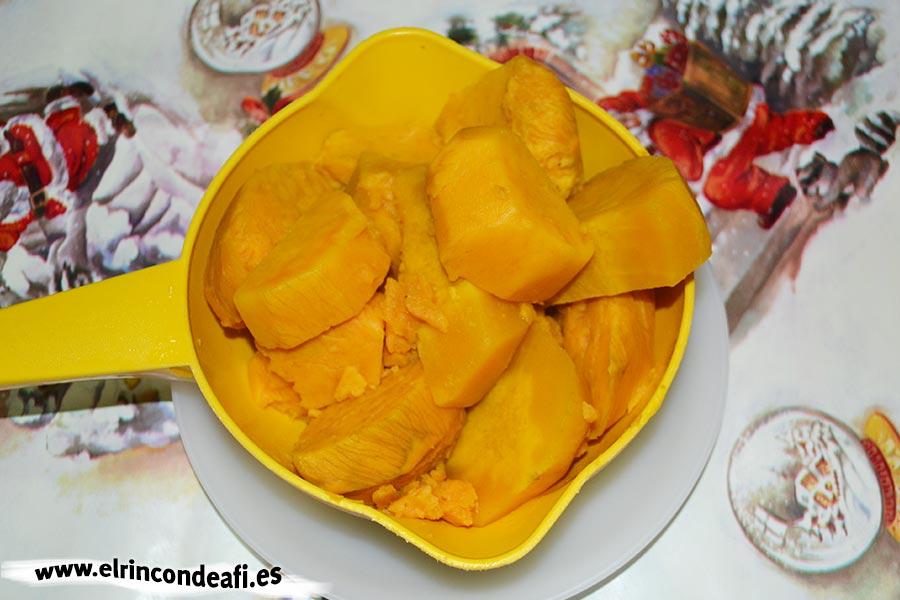 Truchas de batata, escurrir la batata