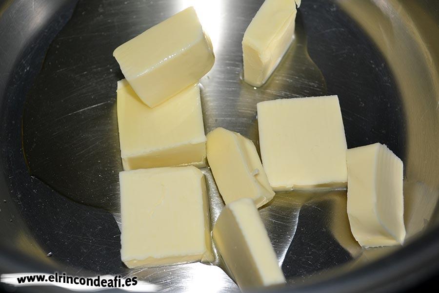 Vichyssoise, poner en una cacerola la mantequilla con un chorro de aceite de oliva