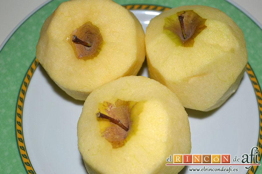 Hojaldre relleno con manzanas, pelar las manzanas