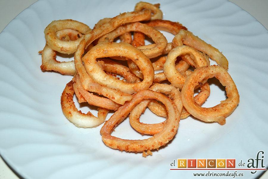 Macarrones con salsa arrabiata y calamares fritos, escurrirlos de aceite