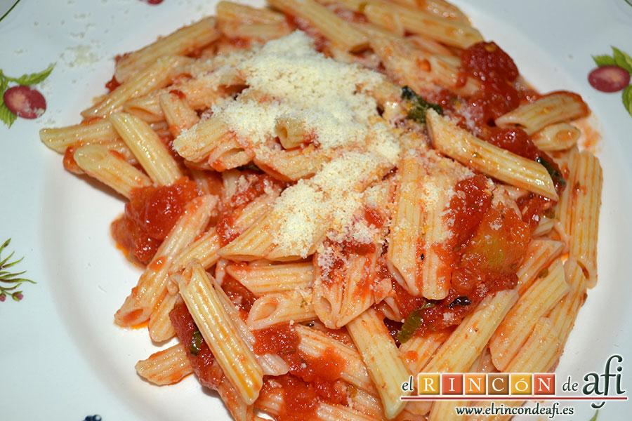 Macarrones con salsa arrabiata y calamares fritos, emplatar la pasta y poner queso por encima
