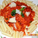 Macarrones con salsa de tomate y atún