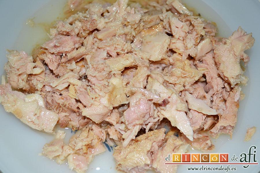 Macarrones con salsa de tomate y atún, escurrir y desmenuzar el atún