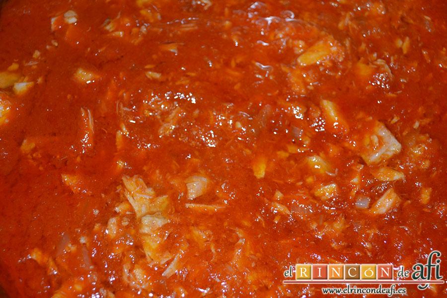 Macarrones con salsa de tomate y atún, dejar hervir y añadir un poco de azúcar si está ácida
