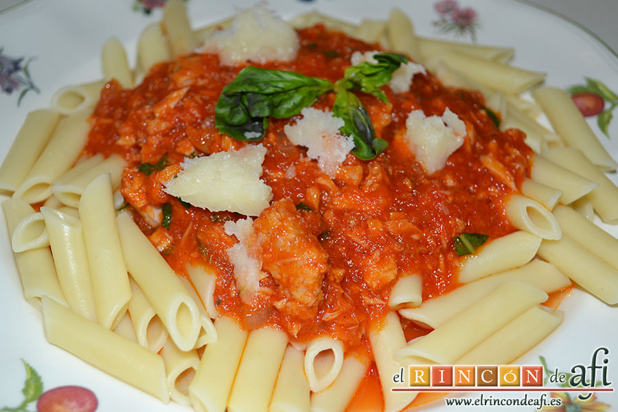 Macarrones con salsa de tomate y atún, sugerencia de presentación 1