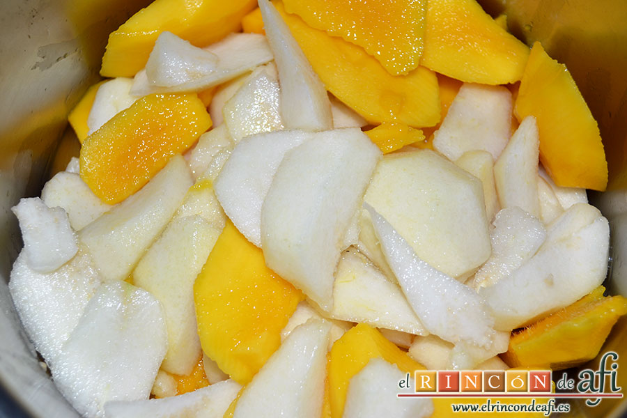 Mermelada de manga y pera, pelar, cortar y despepitar las frutas y ponerlas en un caldero