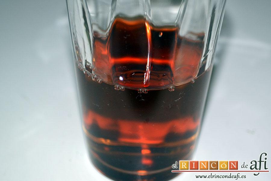 Mortadela a la plancha con cebolla confitada y pistachos, añadir medio vaso de vino moscatel