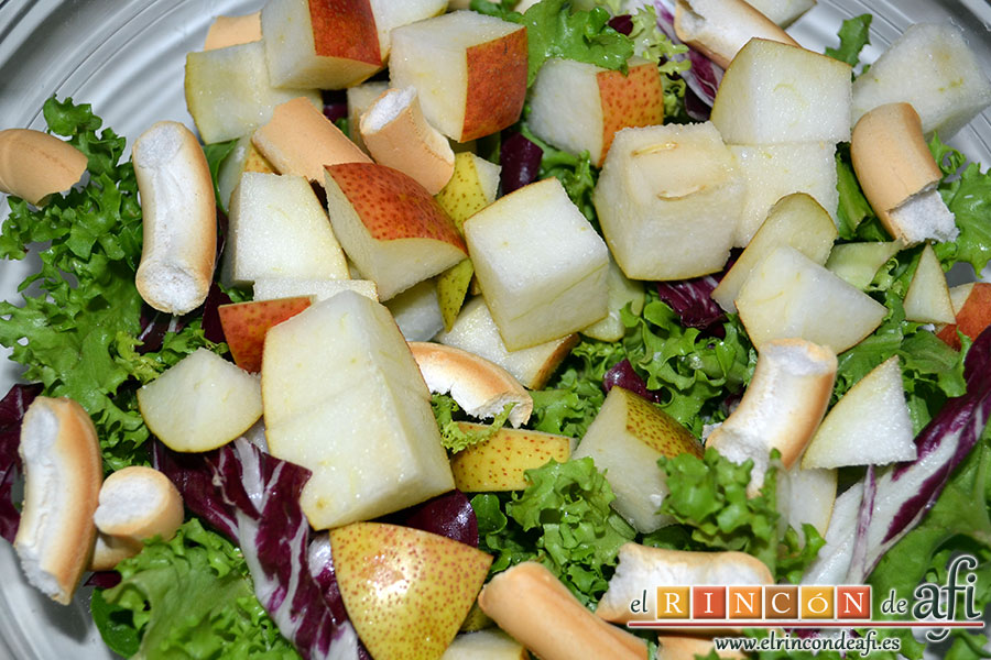 Mortadela a la plancha con cebolla confitada y pistachos, elaborar una ensalada para acompañar