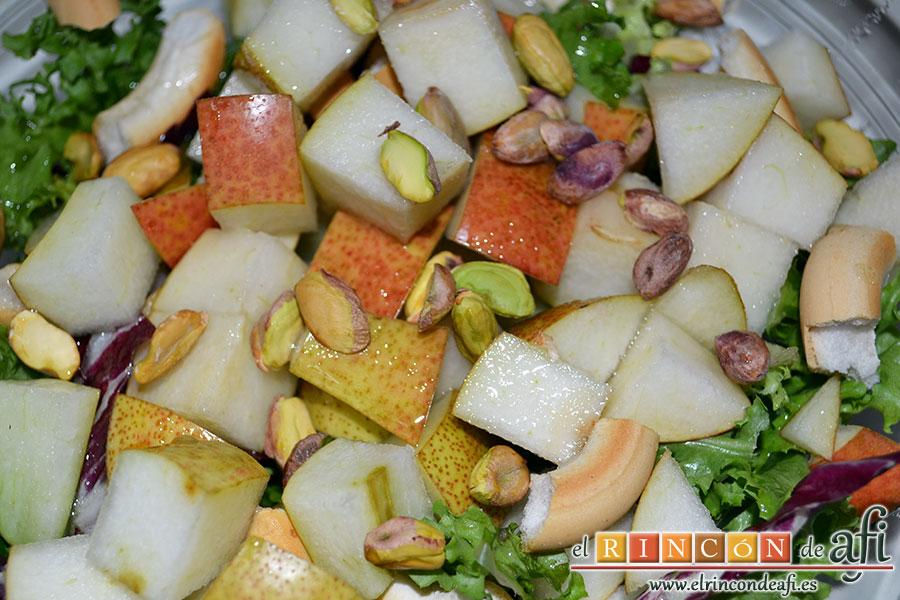 Mortadela a la plancha con cebolla confitada y pistachos, aliñar la ensalada con la vinagreta