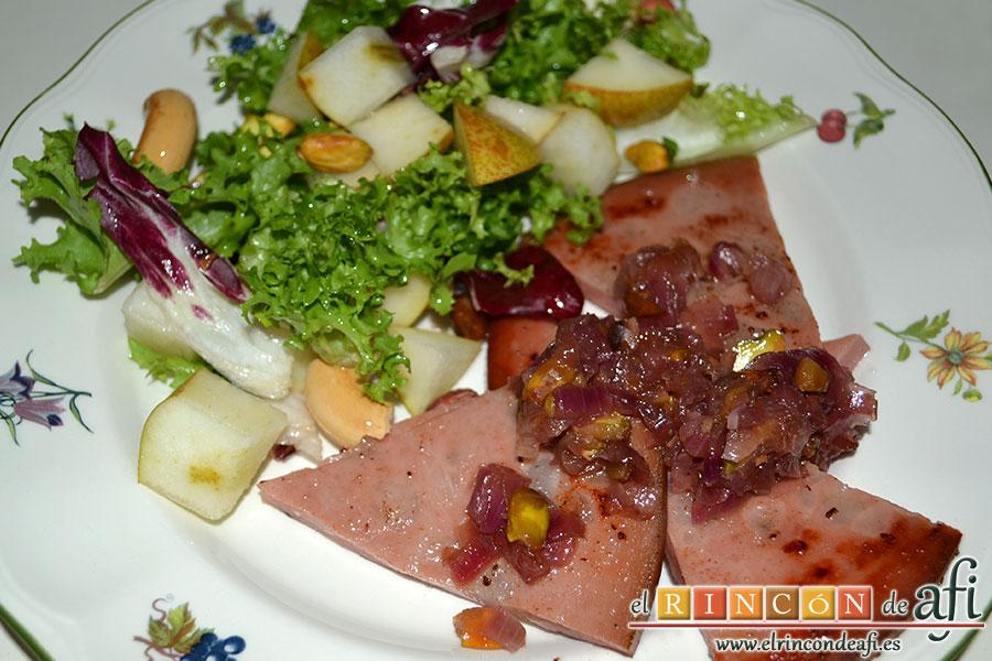 Mortadela a la plancha con cebolla confitada y pistachos, sugerencia de presentación