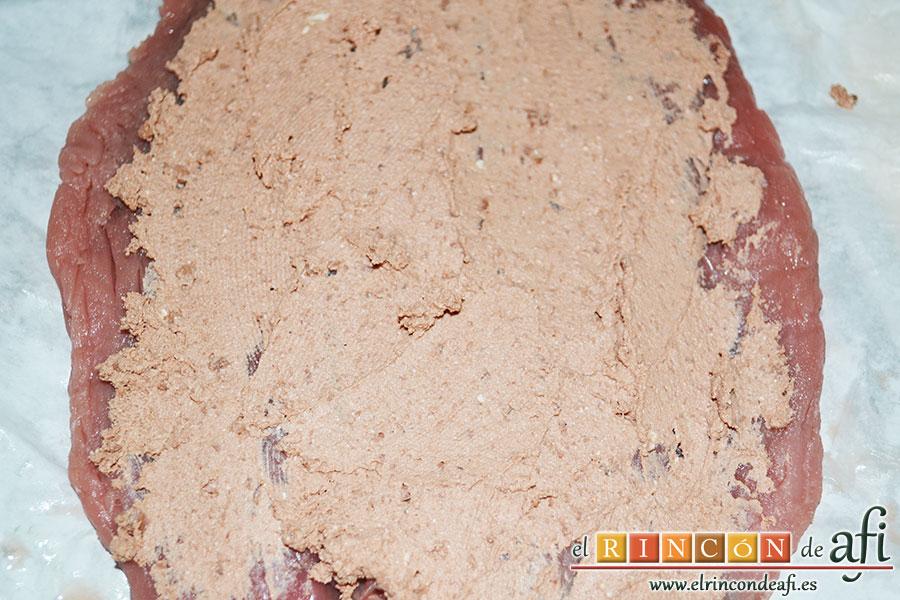 Solomillo de cerdo relleno con bacon y foie gras, extender el foei gras