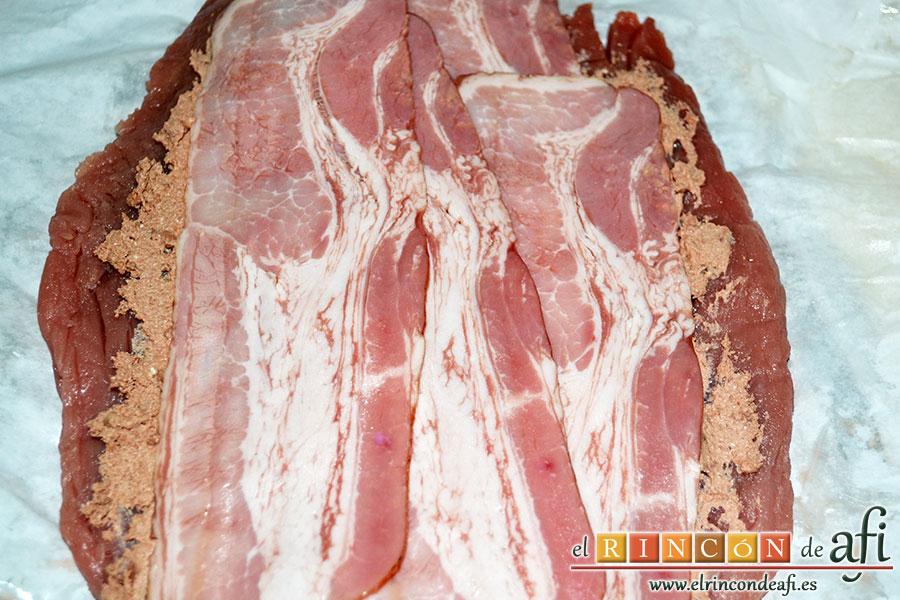Solomillo de cerdo relleno con bacon y foie gras, cubrir con las lonchas de bacon