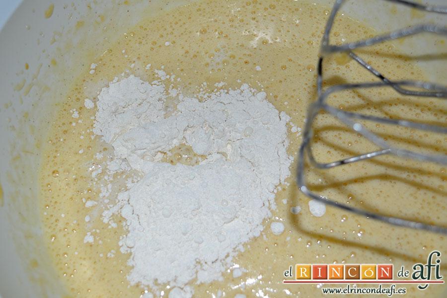 Tortitas de plátanos de Canarias, añadir la leche y la harina poco a poco
