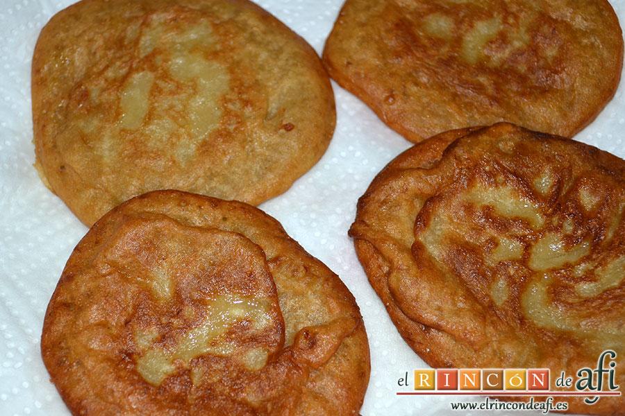 Tortitas de plátanos de Canarias, poner sobre papel de cocina para retirar exceso de aceite