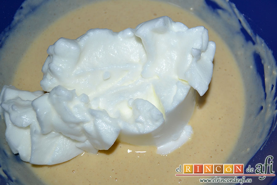 Tortitas de queso Ricotta y canela, montar las claras con una pizca de sal y añadir a la mezcla