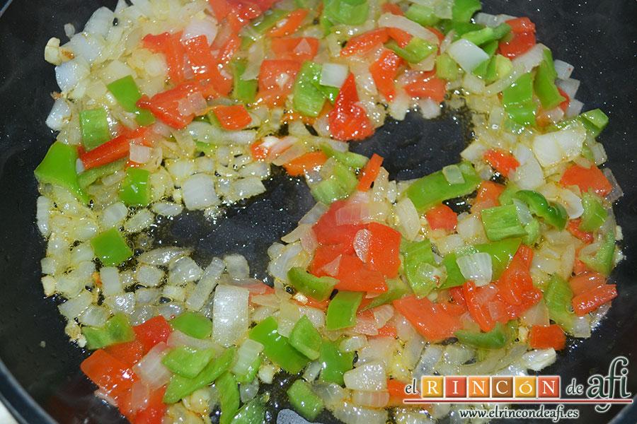 Empanada gallega de carne, añadir los pimientos troceados