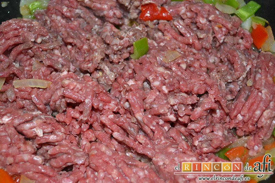Empanada gallega de carne, añadir la carne molida y salpimentada