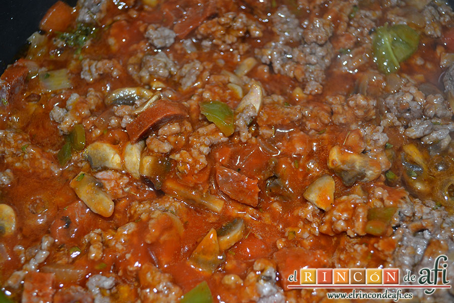 Empanada gallega de carne, pochar y añadir la salsa de tomate