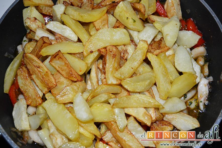 Frita de calamares, freír las papas en gajos y añadir
